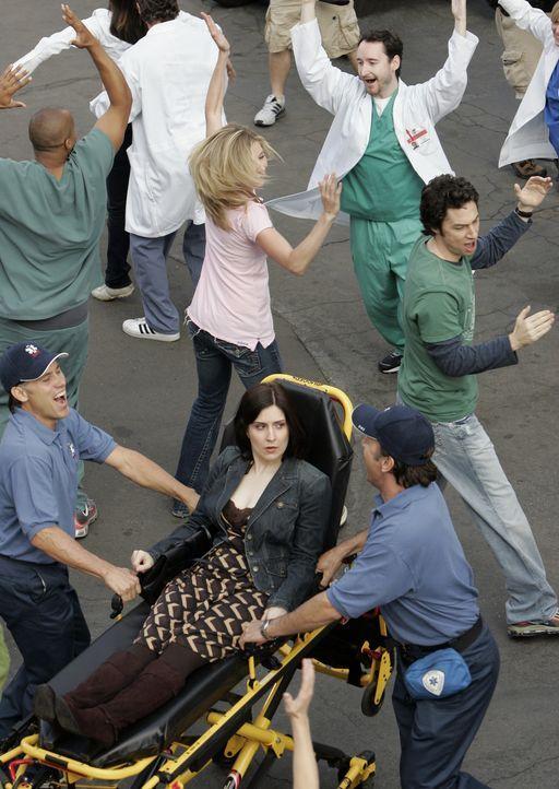 Eine Frau (Stephanie D'Abruzzo, liegend) fällt in Ohnmacht, und als sie erwacht, hört sie sich und alle anderen, einschließlich der Belegschaft d... - Bildquelle: Touchstone Television