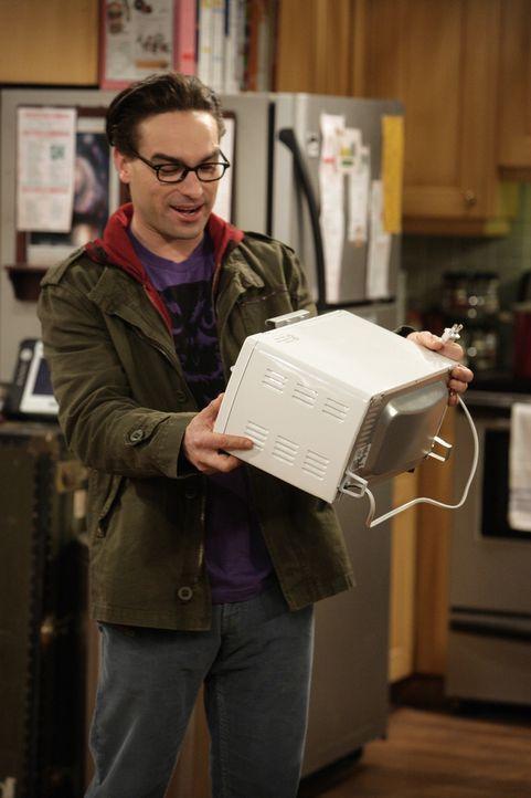 Gemeinsam haben Leonard (Johnny Galecki), Sheldon, Rajesh und Howard einen Killer-Roboter gebaut, der bei der diesjährigen Roboter-Meisterschaft ga... - Bildquelle: Warner Bros. Television