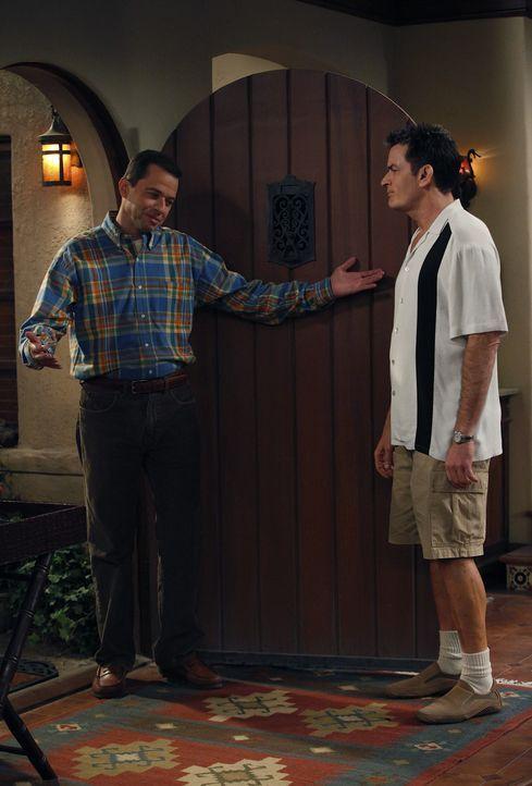 Charlie (Charlie Sheen, r.) versucht, es Alan (Jon Cryer, l.)  im Haus so ungemütlich wie möglich zu machen, damit er zu Lyndsey zieht - doch dies... - Bildquelle: Warner Brothers Entertainment Inc.