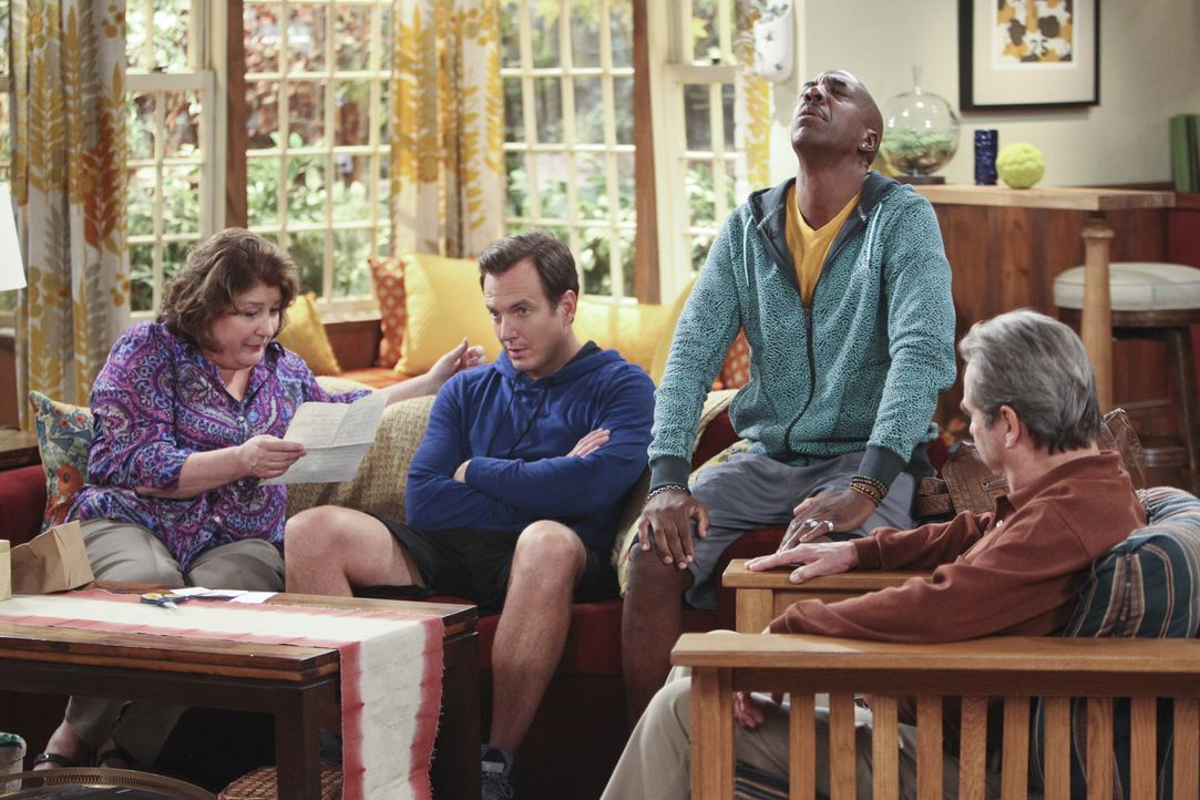 Mit Schrecken stellt Carol (Margo Martindale, l.) fest, dass Nathan (Will Arnett, 2.v.l.) ein Problem hat, Sex im selben Haus zu haben, in dem sie w... - Bildquelle: 2013 CBS Broadcasting, Inc. All Rights Reserved.