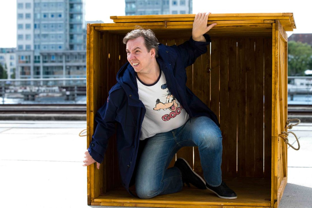 Olli Schulz wird in einer Holzkiste an einen ihm unbekannten, ungewöhnlichen Ort gebracht, an dem er 24 Stunden ausharren muss - dieses Mal ist es N... - Bildquelle: Richard Hübner ProSieben / Richard Hübner