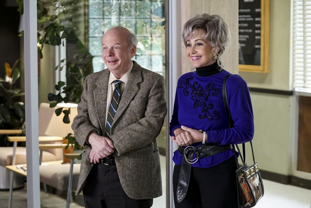 Dr. Sturgis (Wallace Shawn, l.); Meemaw (Annie Potts, r.) - Bildquelle: Sonja Flemming 2018 CBS Broadcasting, Inc. All Rights Reserved./Sonja Flemming