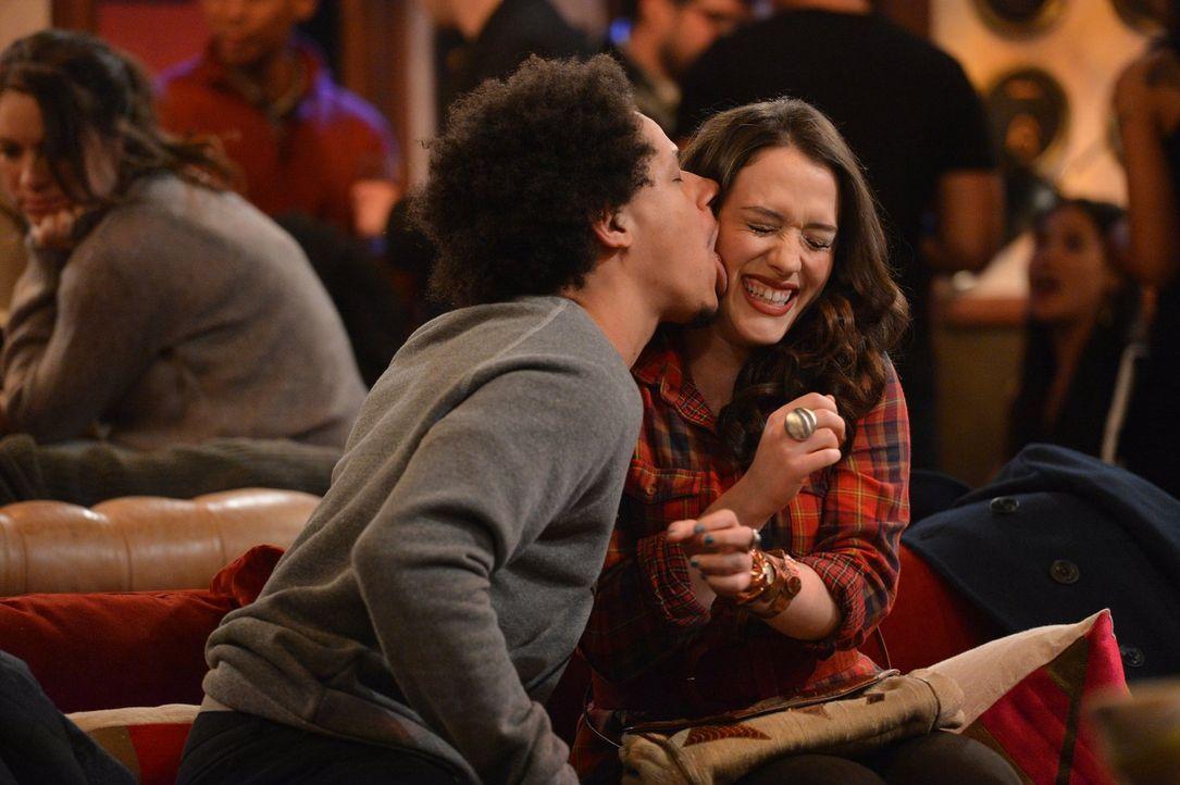 Ob mehr als Freundschaft zwischen Max (Kat Dennings, r.) und Deke (Eric Andre, r.) entstehen kann? - Bildquelle: Warner Brothers Entertainment Inc.