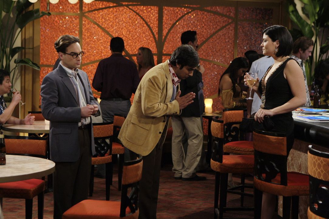 In Las Vegas stürzen sich Leonard (Johnny Galecki, l.) und Raj (Kunal Nayyar, M.) ohne Howard ins Nachtleben - und werden prompt fündig: Mikayla (... - Bildquelle: Warner Brothers Entertainment Inc.