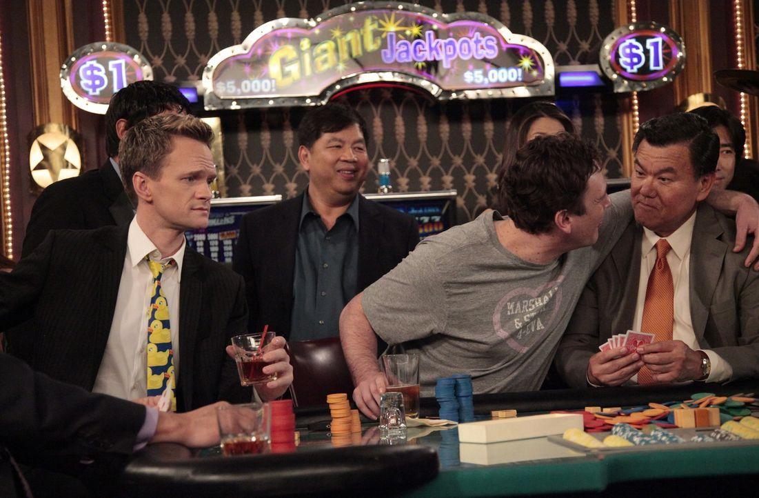 Lily schickt Marshall (Jason Segel, 2.v.r.) gemeinsam mit Barney (Neil Patrick Harris, l.) übers Wochenende nach Atlantic City. Aber während sich di... - Bildquelle: 20th Century Fox International Television