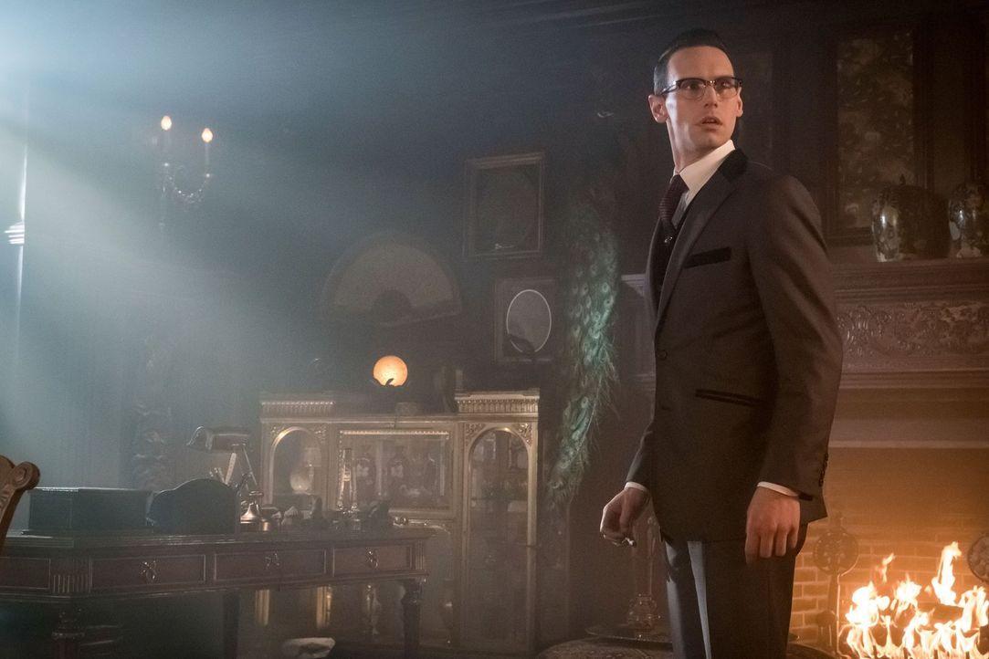 In Gotham sucht Edward Nygma (Cory Michael Smith), nachdem er Penguin erschossen hat, nach einem neuen Mentor. Doch dabei müssen mehrere Menschen ih... - Bildquelle: Warner Brothers