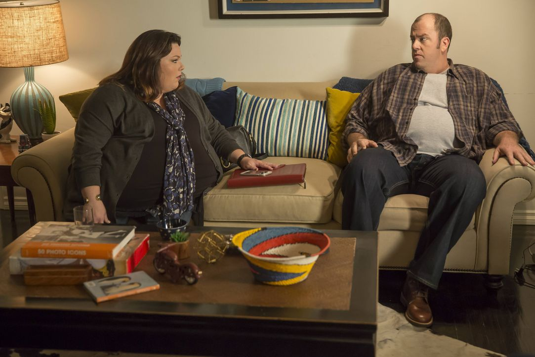 Für Kate (Chrissy Metz, l.) wird ein Besuch mit Toby (Chris Sullivan, r.) in einem Restaurant zur harten Bewährungsprobe, als sie auf seine Ex-Frau... - Bildquelle: Ron Batzdorff 2016-2017 Twentieth Century Fox Film Corporation.  All rights reserved.   2017 NBCUniversal Media, LLC.  All rights reserved.