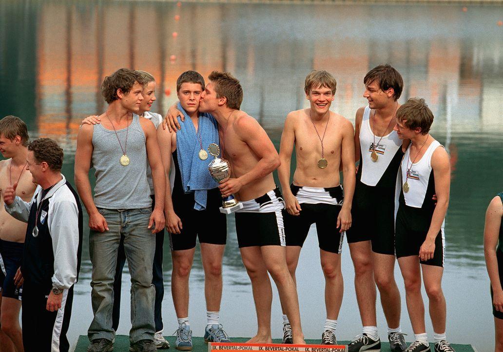 """Nomen est omen: Statt der erwarteten Berliner Mädchengruppe taucht das männliche Ruderteam """"Die Queerschläger"""" auf. Weil Achim anderweitig besch - Bildquelle: Marco Nagel"""