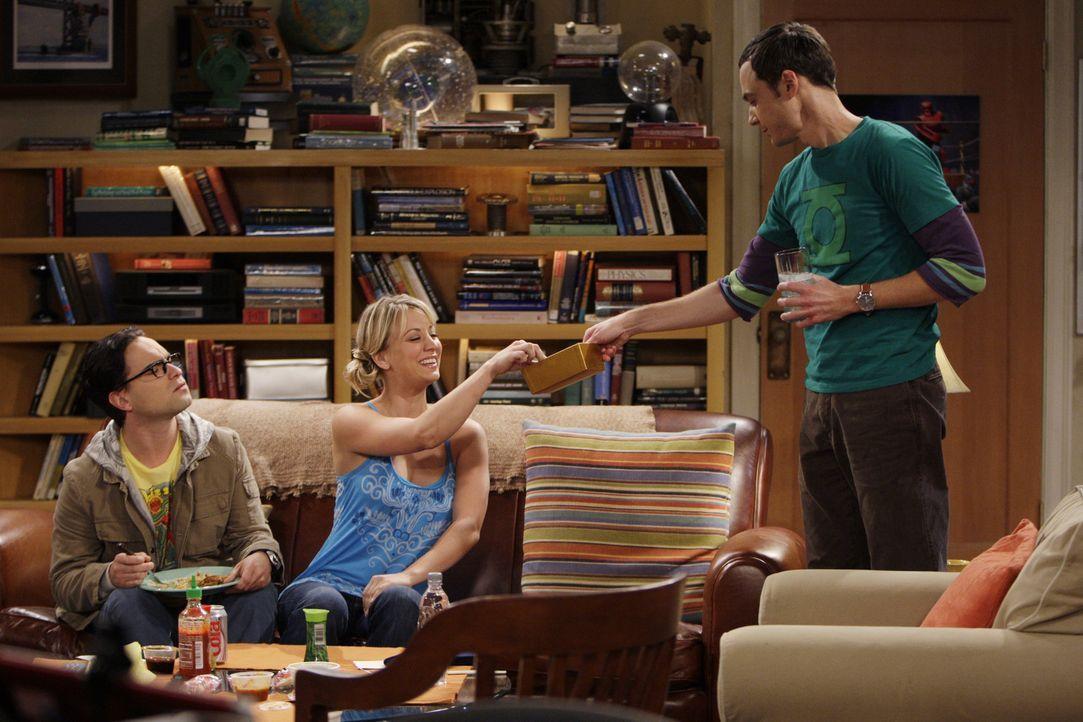 Penny (Kaley Cuoco, M.) schläft bei Leonard (Johnny Galecki, l.), da ihr Bett wegen ihrer Aktivitäten kaputtgegangen ist. Da Penny jedoch keine Ah... - Bildquelle: Warner Bros. Television