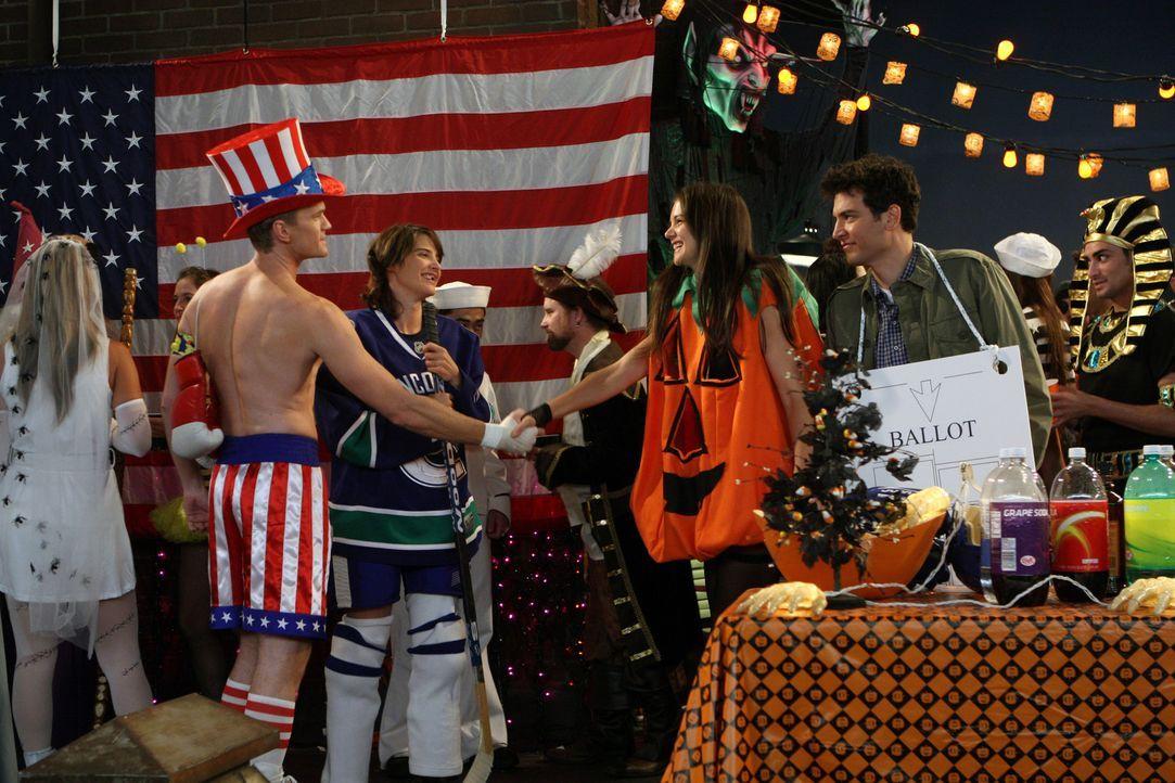Ein ganz besonderes Halloweenfest: Barney (Neil Patrick Harris, 2.v.l.), Robin (Cobie Smulders, 2.v.l.), Naomi (Katie Holmes, 3.v.r.) und Ted (Josh... - Bildquelle: 20th Century Fox International Television