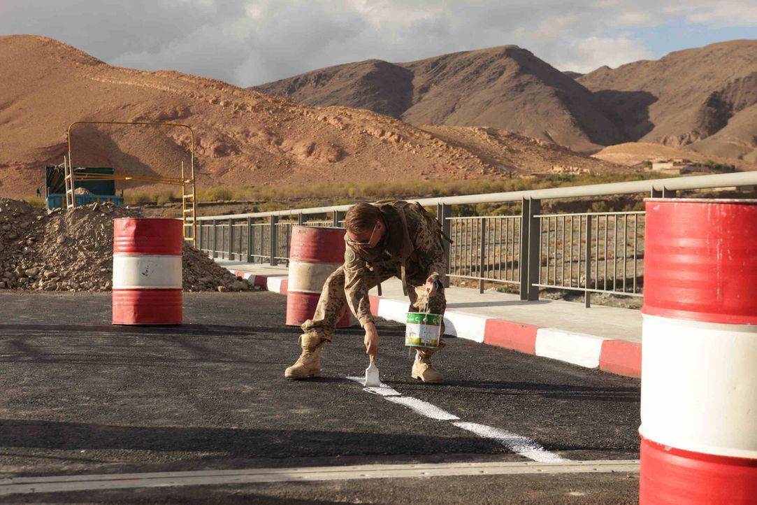 Neugebaute deutsche Brücken müssen einen ausgewiesenen Fahrradweg vorweisen können. Auch im Nirgendwo. Glücklicherweise hat Martin (Constantin v... - Bildquelle: Sife Ddine ELAMINE ProSieben