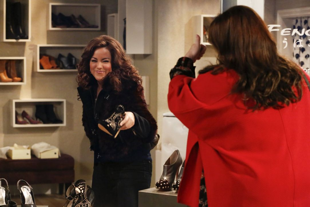 """Getreu dem Motto: """"Ein Paar Schuhe ist kein Paar Schuhe"""" gehen Molly (Melissa McCarthy, r.) und Victoria (Katy Mixon, l.) shoppen ... - Bildquelle: Warner Brothers"""