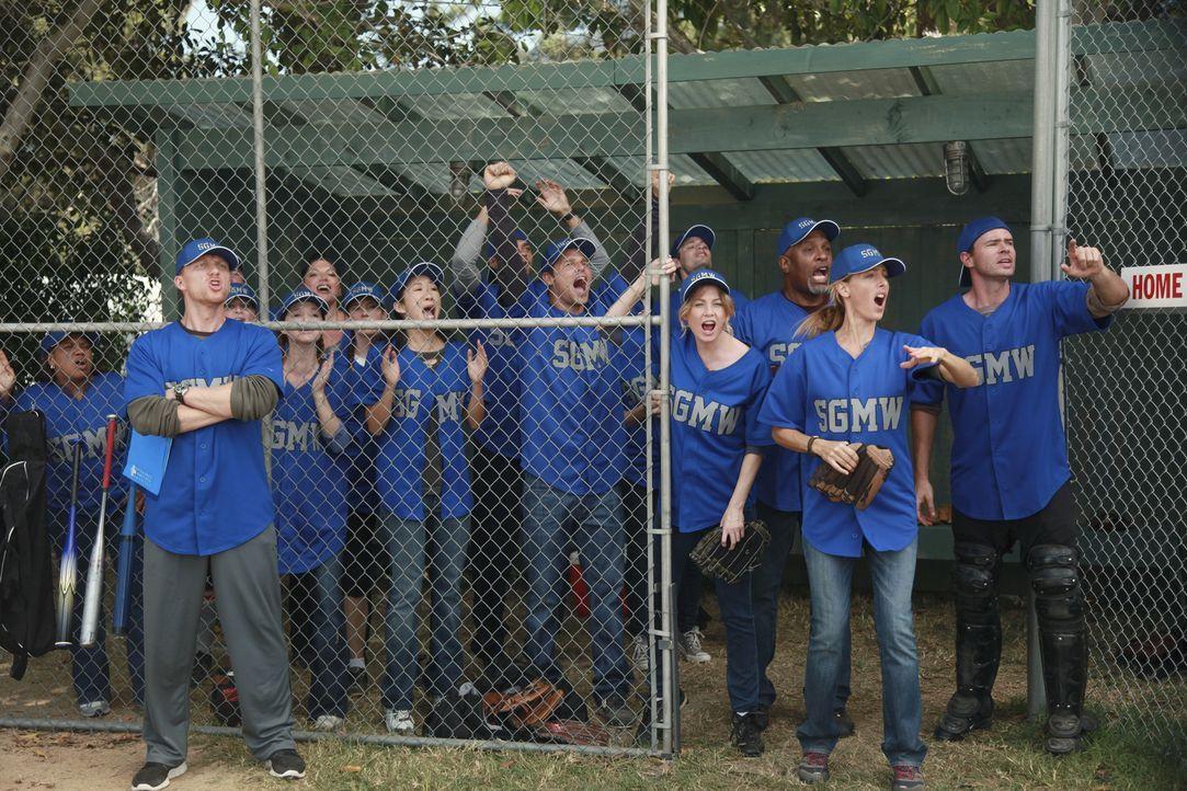 Treten gegen das verhasste Seattle Presbyterian im Baseball an: (v.l.n.r.) Miranda (Chandra Wilson), Owen (Kevin McKidd), Arizona (Jessica Capshaw),... - Bildquelle: ABC Studios