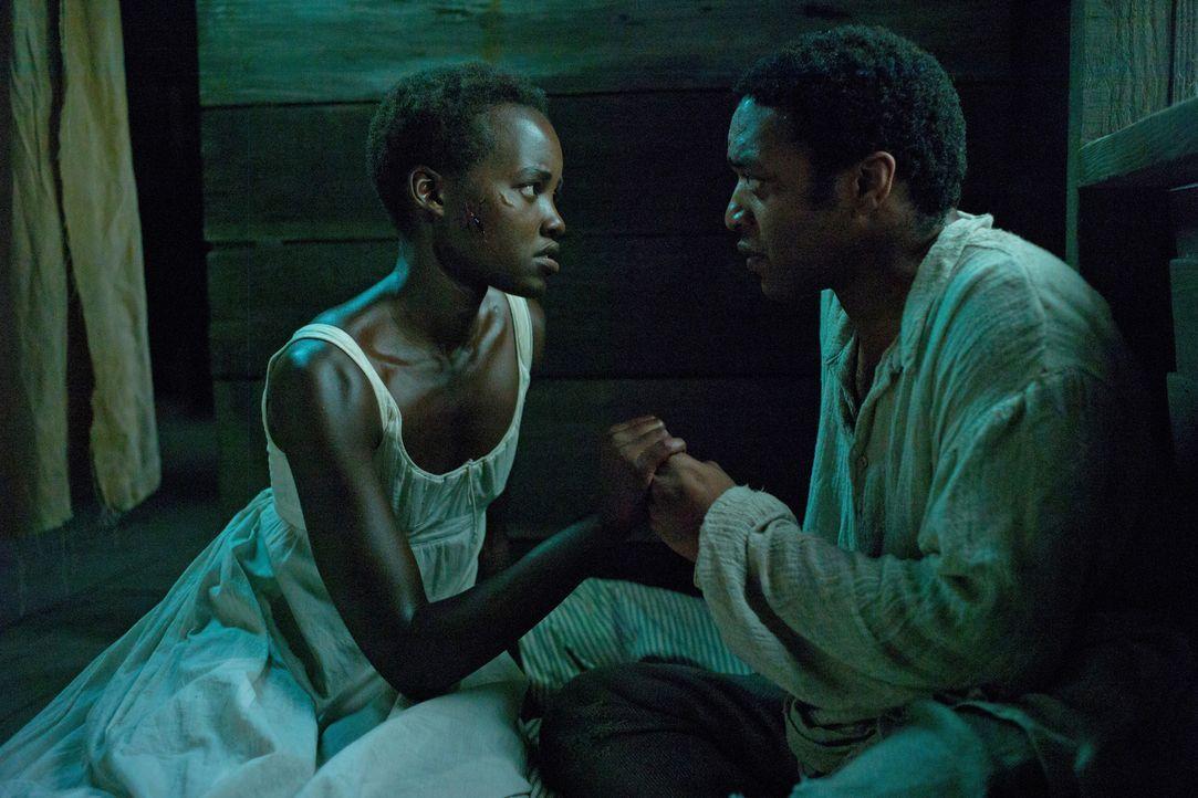 Unter dem brutalen und sadistischen Sklaventreiber Edwin Epps verlieren Patsy (Lupita Nyong'o, l.), die von Epps immer wieder brutal vergewaltigt wi... - Bildquelle: TOBIS FILM