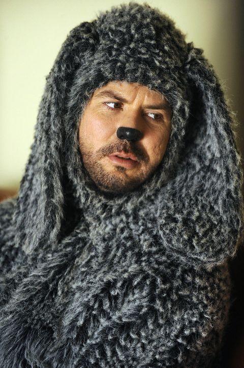 Wilfred (Jason Gann) verliebt sich eine Stoffgiraffe, die jedoch angeblich ganz besondere sexuelle Fantasien hat ... - Bildquelle: 2011 FX Networks, LLC. All rights reserved.