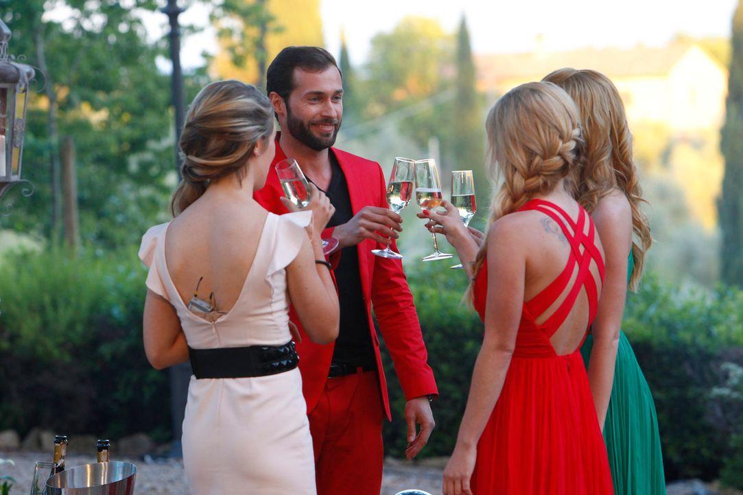 Auch Peter  (2.v.l.) genießt den Abend mit den attraktiven Frauen ... - Bildquelle: Richard Hübner ProSieben