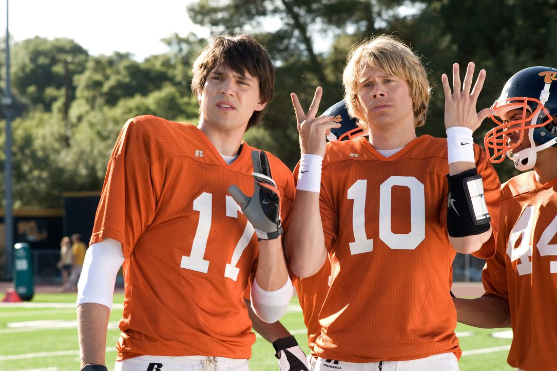 Die Stars des Football-Teams der Ford High School, Shawn Colfax (Nicholas D'Agosto, l.) und Nick Brady (Eric Christian Olsen, r.), wollen nicht mitf... - Bildquelle: 2009 Screen Gems, Inc. All Rights Reserved.