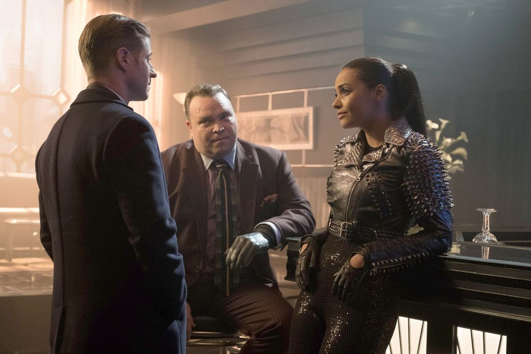 Gordon (Ben McKenzie, M.) ist auf der Suche nach Edward Nygma. Doch werden Butch (Drew Powell, l.) und Tabitha Galavan (Jessica Lucas, r.) ihm weite... - Bildquelle: Warner Brothers