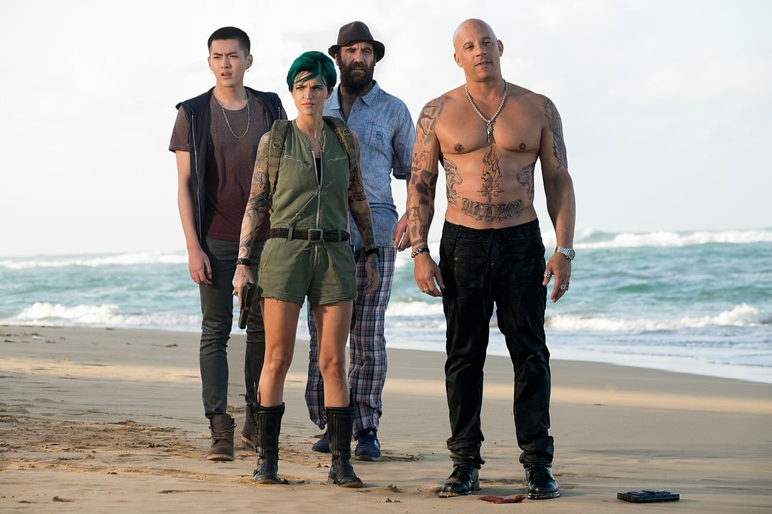 Eine zerstörerische Waffe, mit der man militärische Satelliten kontrollieren kann, hält (v.l.n.r.) Nicks (Kris Wu), Adele (Ruby Rose), Tennyson (Ror... - Bildquelle: George Kraychyk 2016 Paramount Pictures. All Rights Reserved./George Kraychyk