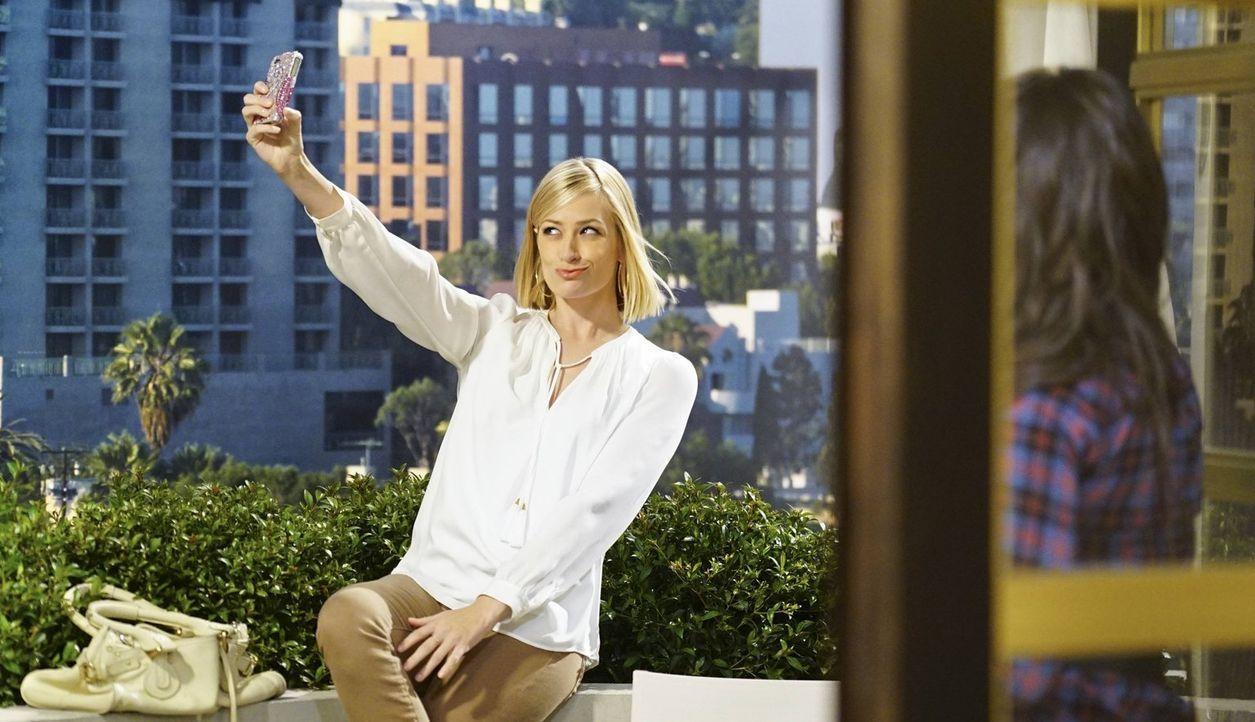 Noch genießt Caroline (Beth Behrs) ihren Aufenthalt in Los Angeles ... - Bildquelle: 2016 Warner Brothers