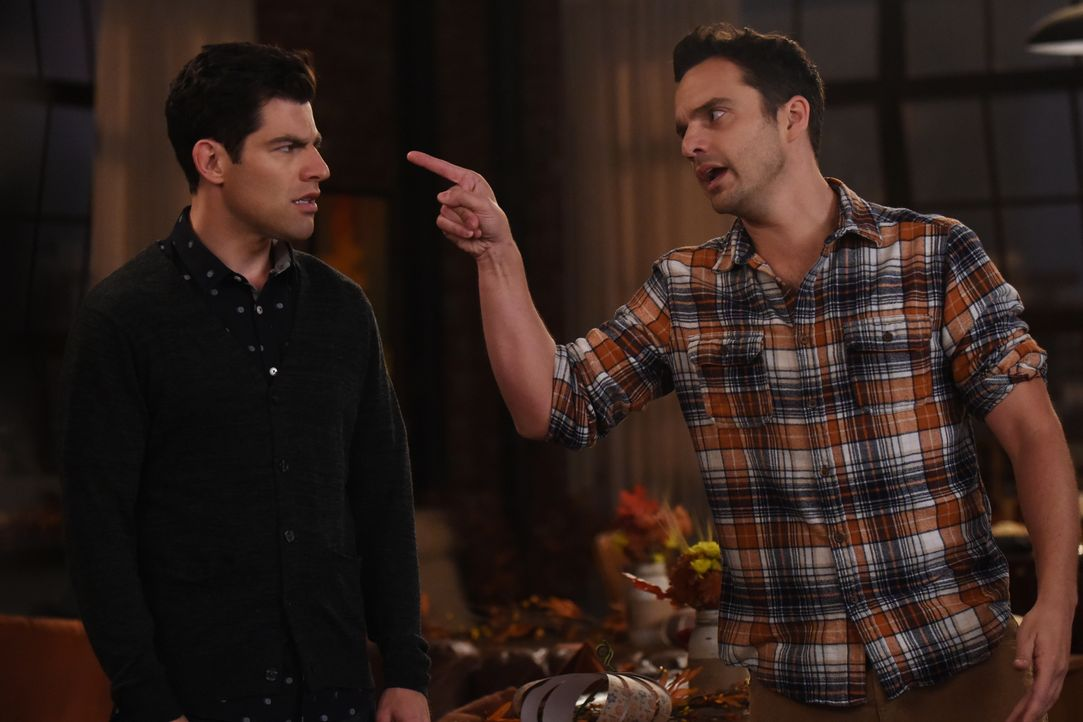 Während Schmidt (Max Greenfield, l.) auf sein erstes Thanksgiving mit seinem Vater gespannt ist, freut sich Nick (Jake Johnson, r.) auf das Fest mit... - Bildquelle: 2017 Fox and its related entities. All rights reserved.