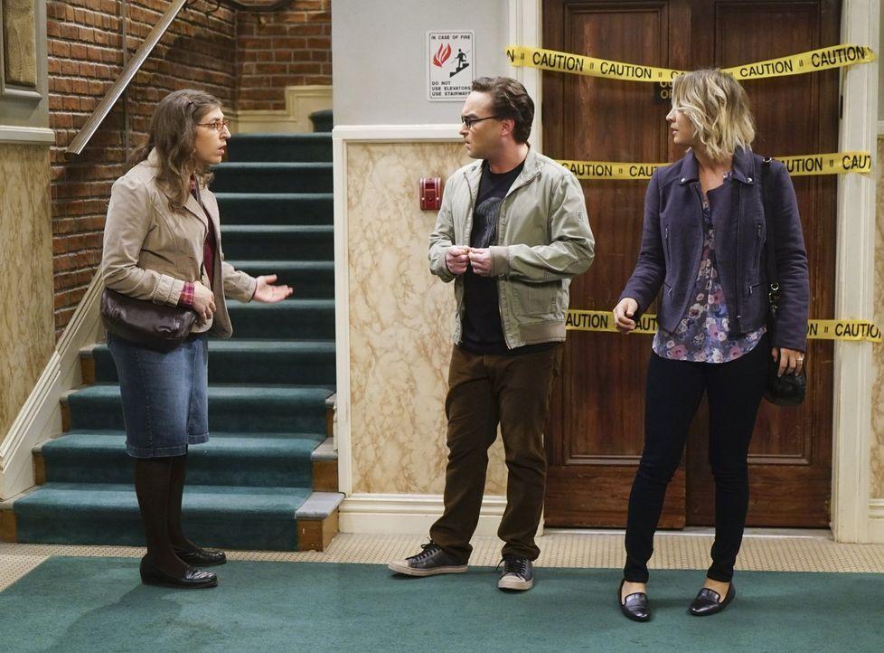 Sheldons Geburtstag steht vor der Tür und Amy (Mayim Bialik, l.) plant zusammen mit Leonard (Johnny Galecki, M.) und Penny (Kaley Cuoco, r.) eine be... - Bildquelle: 2016 Warner Brothers
