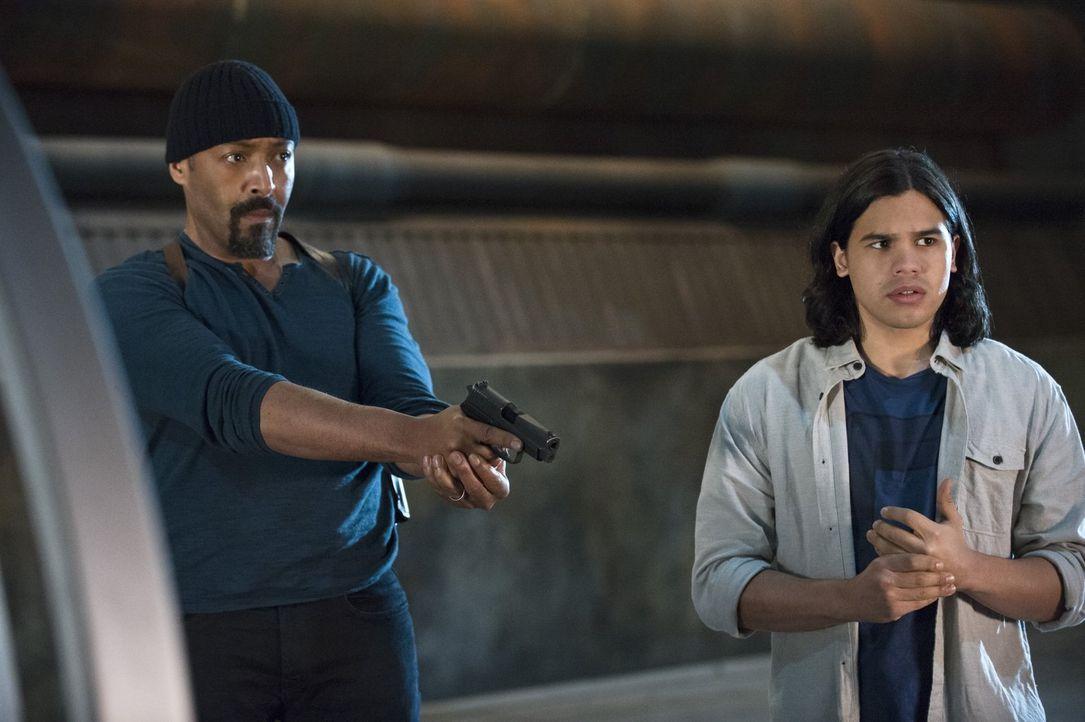 Noch ahnen Joe (Jesse L. Martin, l.) und Cisco (Carlos Valdes, r.) nicht, welche unerwarteten Ereignisse ihr Pläne plötzlich durchkreuzen werden ... - Bildquelle: Warner Brothers.