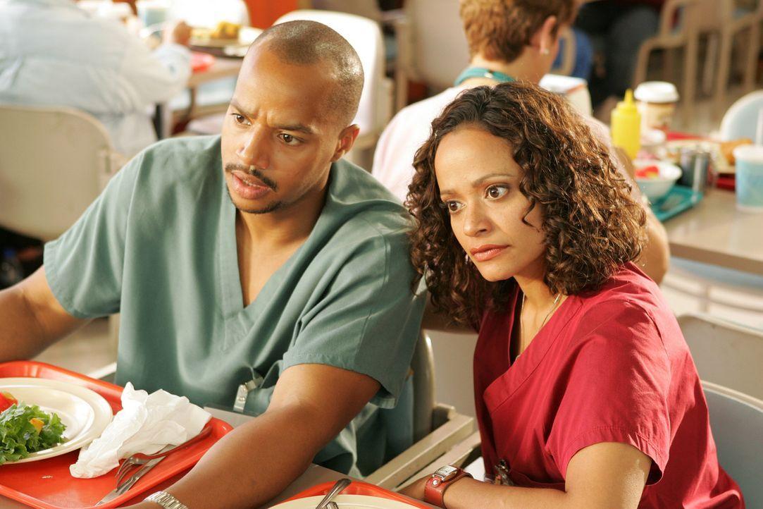 Zwischen Turk (Donald Faison, l.) und Carla (Judy Reyes, r.) kommt es zu einem Streit, bei dem Turk, den kürzeren zieht ... - Bildquelle: Touchstone Television
