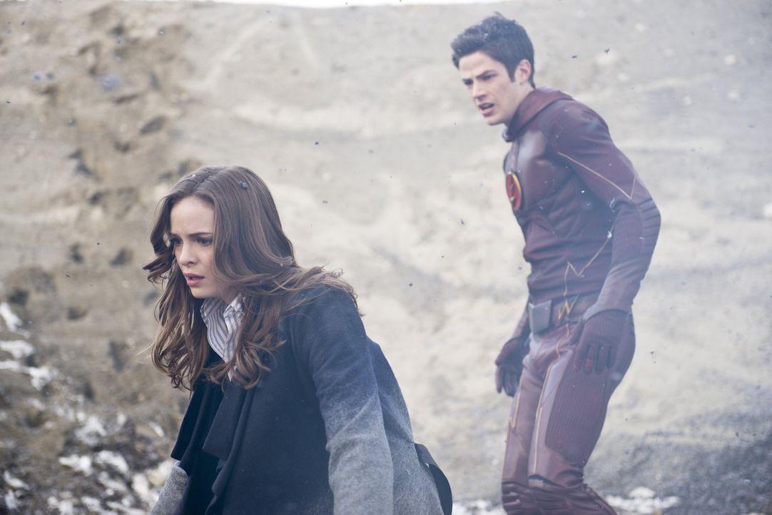 Caitlin (Danielle Panabaker, l.) und Barry alias The Flash (Grant Gustin, r.) kehren an den Ort der Explosion zurück und glauben zu träumen ... - Bildquelle: Warner Brothers.