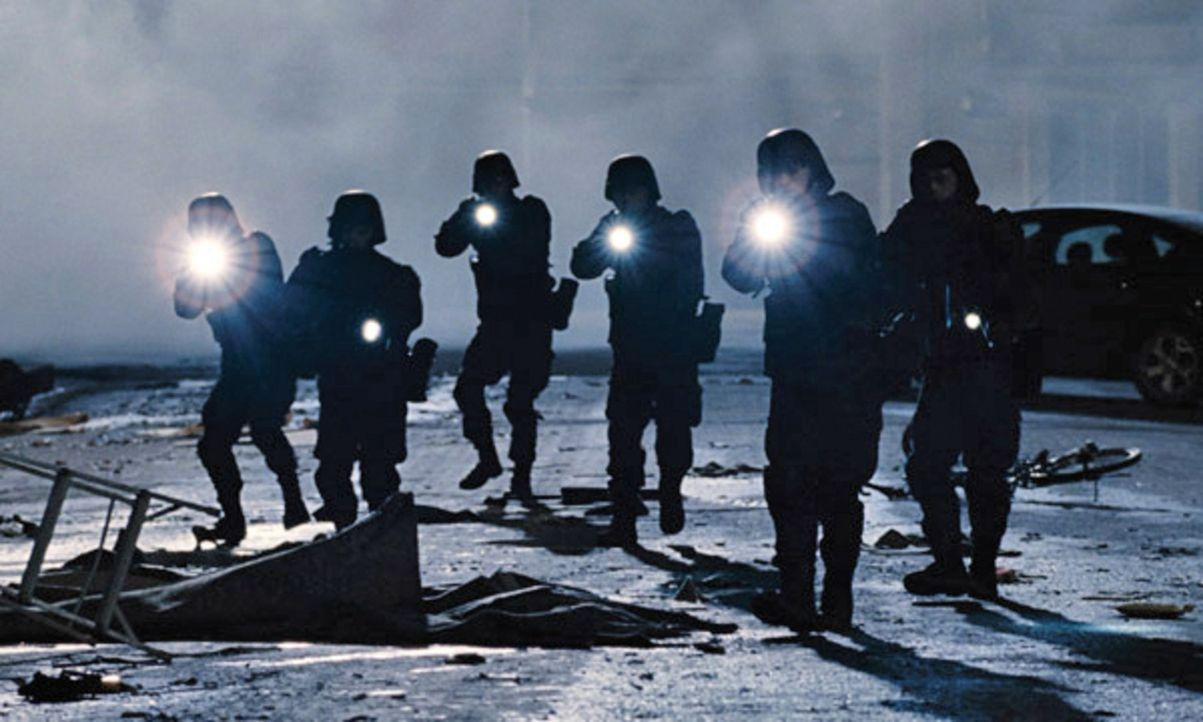 Als sieben junge Studenten von einem Campingausflug in der Wildnis nach Hause zurückkehren, fehlt von ihren Familien und Freunden jede Spur, Dörfe... - Bildquelle: Splendid Film