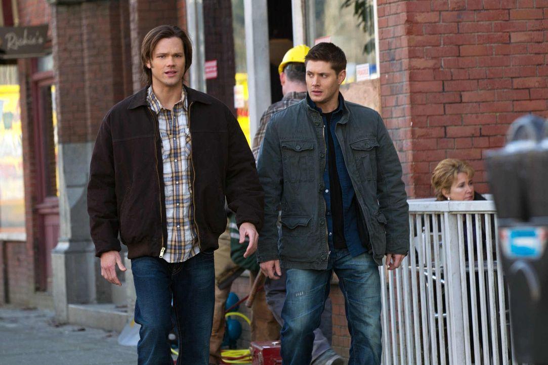 Auf der Suche nach dem Grund für seltsame Tode machen Sam (Jared Padalecki, l.) und Dean (Jensen Ackles, r.) eine erschreckende Entdeckung ... - Bildquelle: Warner Bros. Television