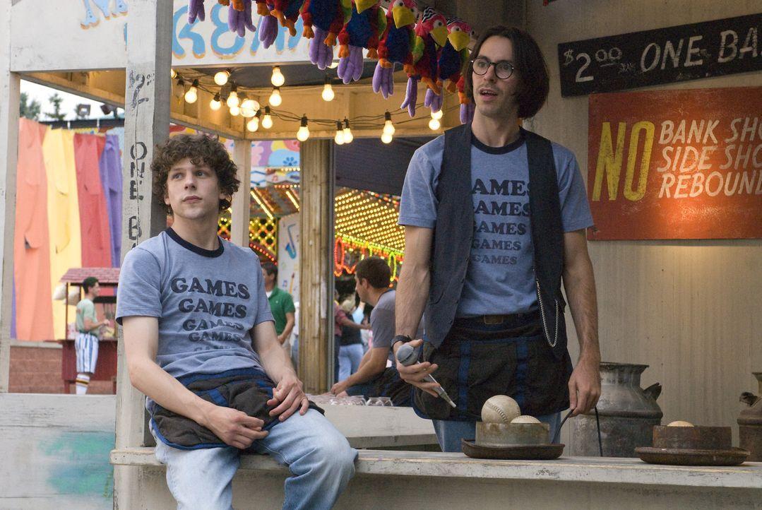 Die Welt der Adventures entpuppt sich sehr schnell als stressige und laute Mogelpackung für James (Jesse Eisenberg, l.) und Joel (Martin Starr, r.)... - Bildquelle: Miramax Films. All rights reserved