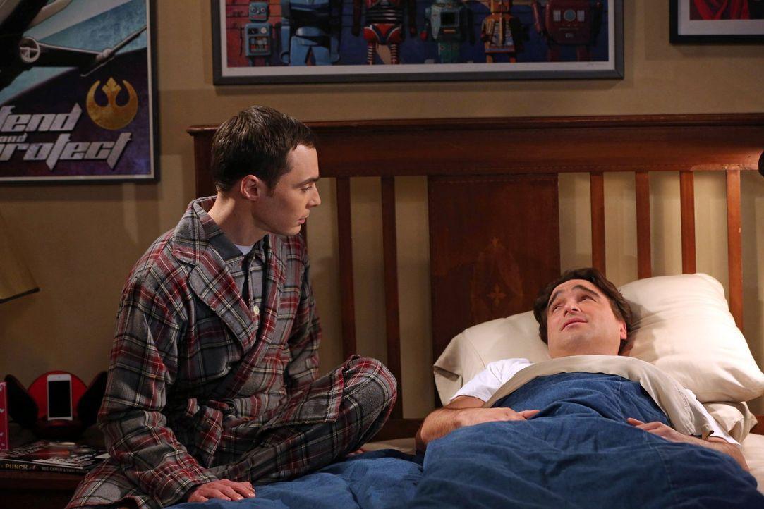 Um sein Schnarch-Problem in den Griff zu bekommen, will sich Leonard (Johnny Galecki, r.) die Nasenscheidewand operieren lassen. Sheldon (Jim Parson... - Bildquelle: Warner Bros. Television
