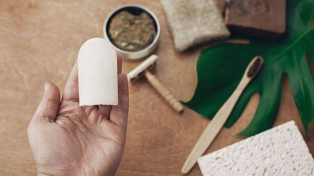 Ein festes Deo ist die umweltfreundliche Alternative zu einem Deo-Spray.