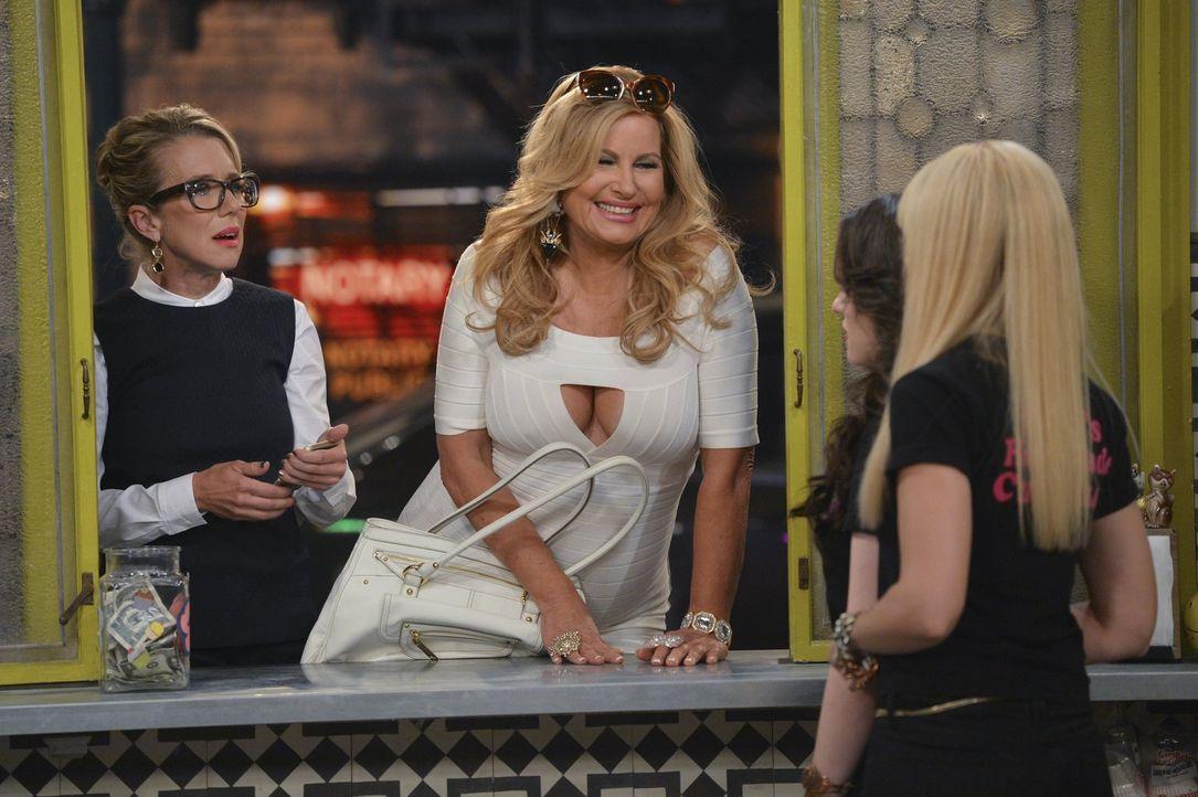 """Als Shayne (Lauren Weedman, l.), die Produzentin von """"The Kardashians"""", bei Max (Kat Dennings, 2.v.r.) und Caroline (Beth Behrs, r.) aufschlägt, und... - Bildquelle: Warner Bros. Television"""