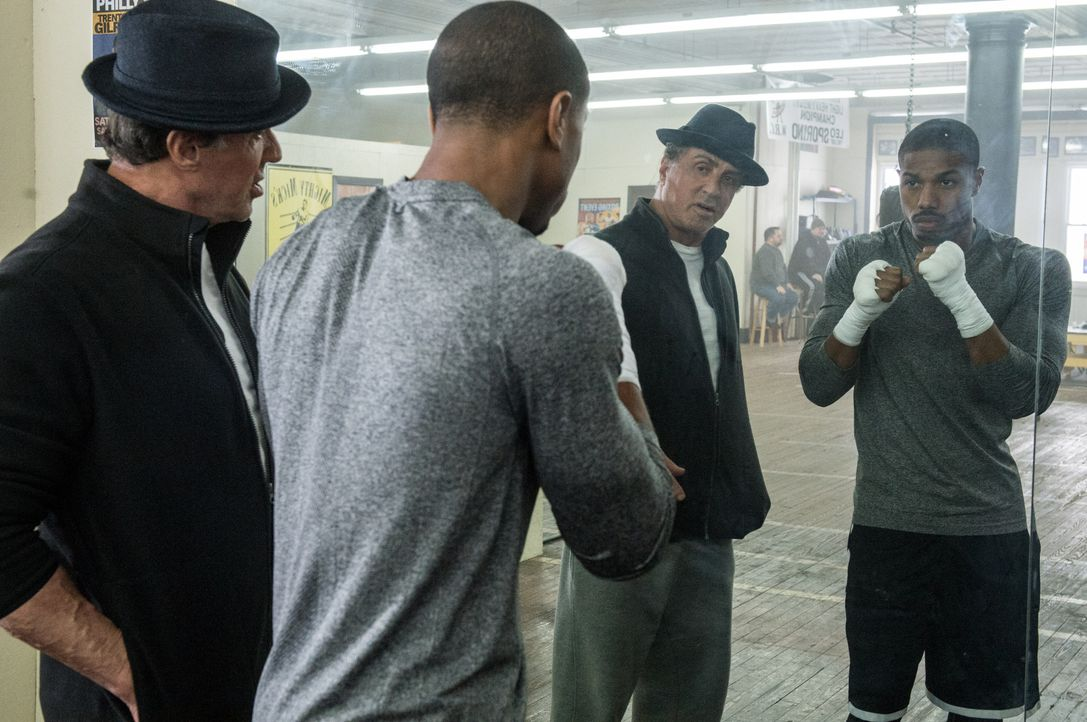Rocky Balboa (Sylvester Stallone, l.); Adonis Johnson (Michael B. Jordan, r.) - Bildquelle: Barry Wetcher 2015 Warner Bros. Entertainment Inc. and Metro-Goldwyn-Mayer Pictures Inc.  All Rights Reserved. / Barry Wetcher