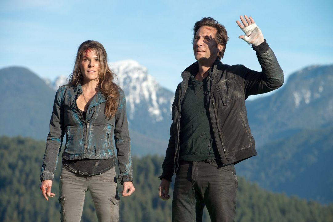 Während Abigail (Paige Turco, l.) und Kane (Henry Ian Cusick, r.) die Wunder der Erde erkunden, wird ihnen immer wieder schmerzlich bewusst, dass si... - Bildquelle: Warner Brothers