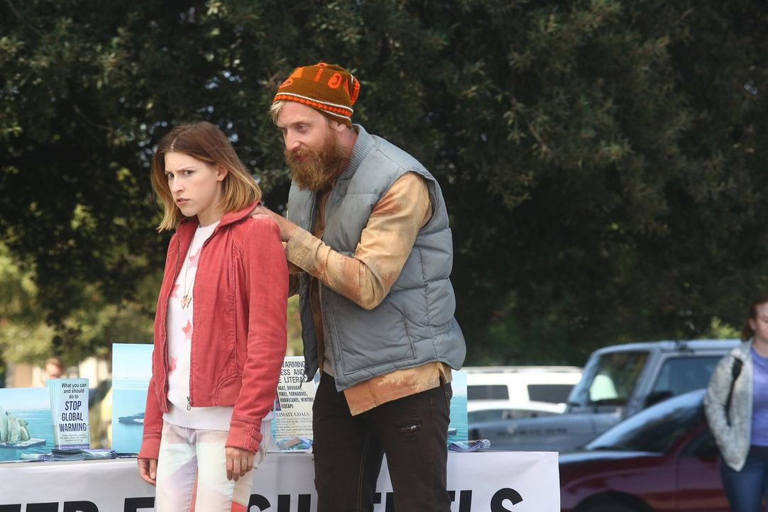 Sue (Eden Sher, l.) ist genervt von ihrem Freund Jeremy (Will Green, r.) und will sich von ihm trennen, doch sie weiß einfach nicht wie ... - Bildquelle: Warner Bros.