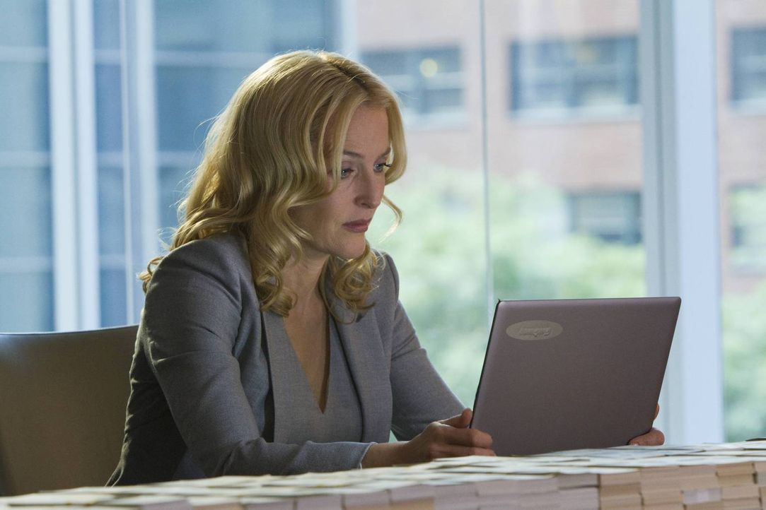 Um ihre Tochter in Sicherheit zu bekommen, muss Meg Fitch (Gillian Anderson) eine hohe Summe an Lösegeld zahlen ... - Bildquelle: 2013-2014 NBC Universal Media, LLC. All rights reserved.