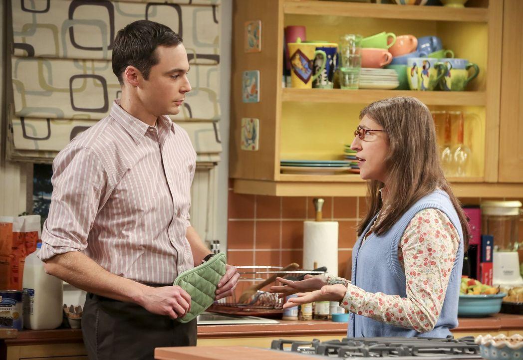 """Amy (Mayim Bialik, r.) ist entzückt als Sheldon (Jim Parsons, l.) sie mit einem """"Test-Brunch"""" überrascht, zu dem er sogar Besuch eingeladen hat. Das... - Bildquelle: 2016 Warner Brothers"""