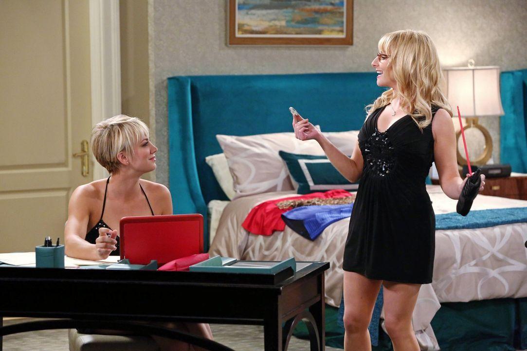 Während Penny (Kaley Cuoco, l.) kurzfristig für ihren neuen Job büffeln muss, ziehen Bernadette (Melissa Rauch, r.) und Amy alleine los und erleben... - Bildquelle: Warner Brothers
