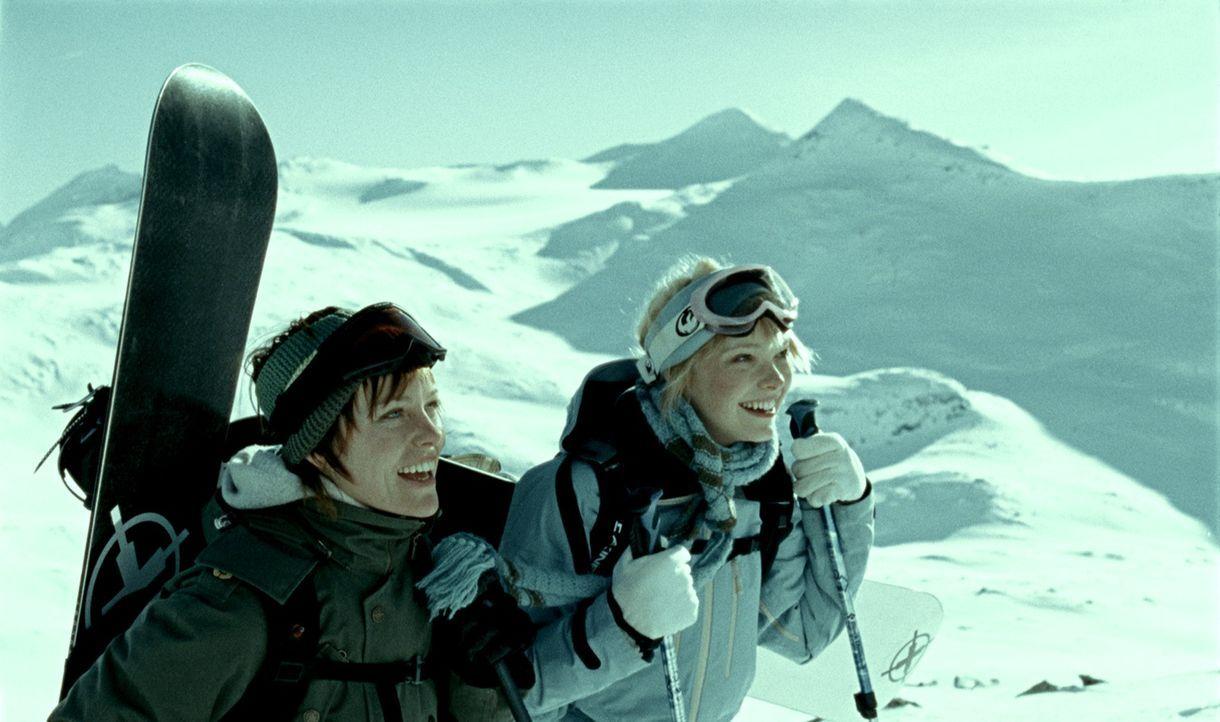 Die fünf Freunde Jannicke (Ingrid Bolso Berdal, l.), Eirik, Ingunn (Viktoria Winge, r.), Mikal und Morten gönnen sich einen Urlaub in den norwegisch... - Bildquelle: Telepool GmbH