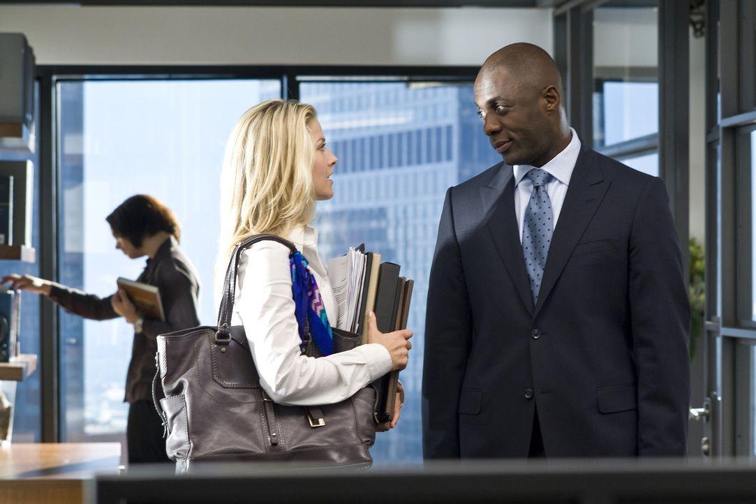 Als sein Assistent erkrankt, stellt der erfolgreiche Vermögensverwalter Derek Charles (Idris Elba, r.) eine neue Sekretärin ein, die sich schon ba... - Bildquelle: 2009 Screen Gems, Inc. All Rights Reserved.