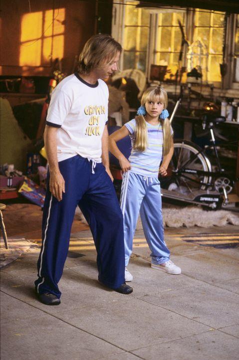 """In den ersten Tagen kann Sally (Jenna Boyd, r.) ihren """"Adoptivbruder"""" Dickie (David Spade, l.) nicht ausstehen, bis er das Baumhaus in eine Disko ve... - Bildquelle: Mark Fellman Paramount Pictures / Mark Fellman"""