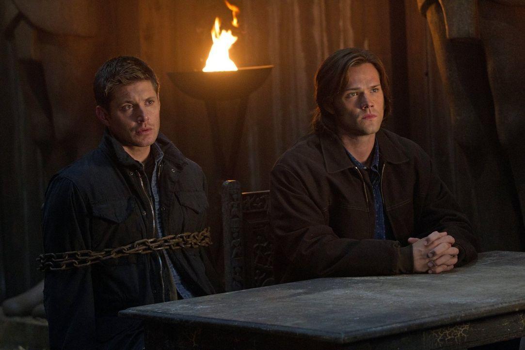 Dean (Jensen Ackles, l.) und Sam (Jared Padalecki, r.) untersuchen eine Reihe von grausamen Morden und finden heraus, dass der ägyptische Gott Osiri... - Bildquelle: Warner Bros. Television