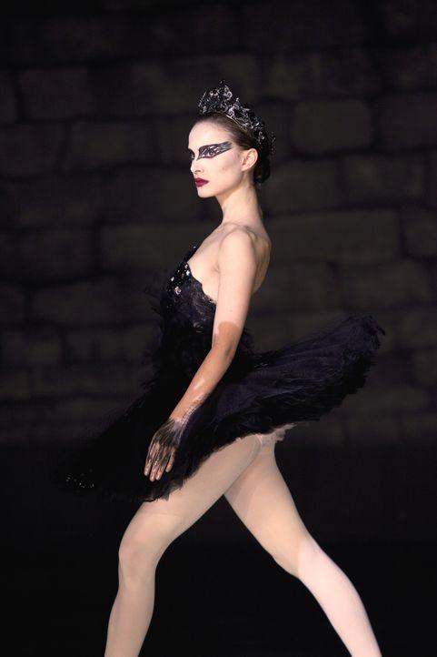 Für die Rolle des schwarzen Schwans muss Nina (Natalie Portman) erst die dunklen Seiten in sich entdecken. Auf der Suche danach gerät sie an die G... - Bildquelle: 20th Century Fox