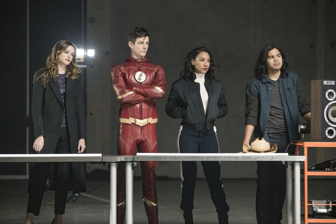 Finden Caitlin (Danielle Panabaker, l.), Barry alias The Flash (Grant Gustin, 2.v.l.), Iris (Candice Patton, 2.v.r.) und Cisco (Carlos Valdes, r.) t... - Bildquelle: 2017 Warner Bros.