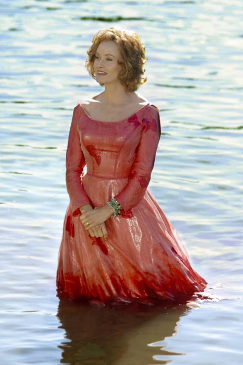 Um Sandras (Jessica Lange) Herz zu gewinnen, betört Edward sie mit 10.000 Narzissen ... - Bildquelle: 2004 Sony Pictures Television International. All Rights reserved.