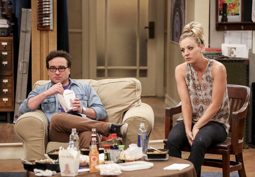 Als Leonard (Johnny Galecki, l.) und Penny (Kaley Cuoco, r.) bewusst wird, wie viel Chaos die ehemalige Flamme von Sheldon anrichtet, wissen sie nic... - Bildquelle: 2016 Warner Brothers