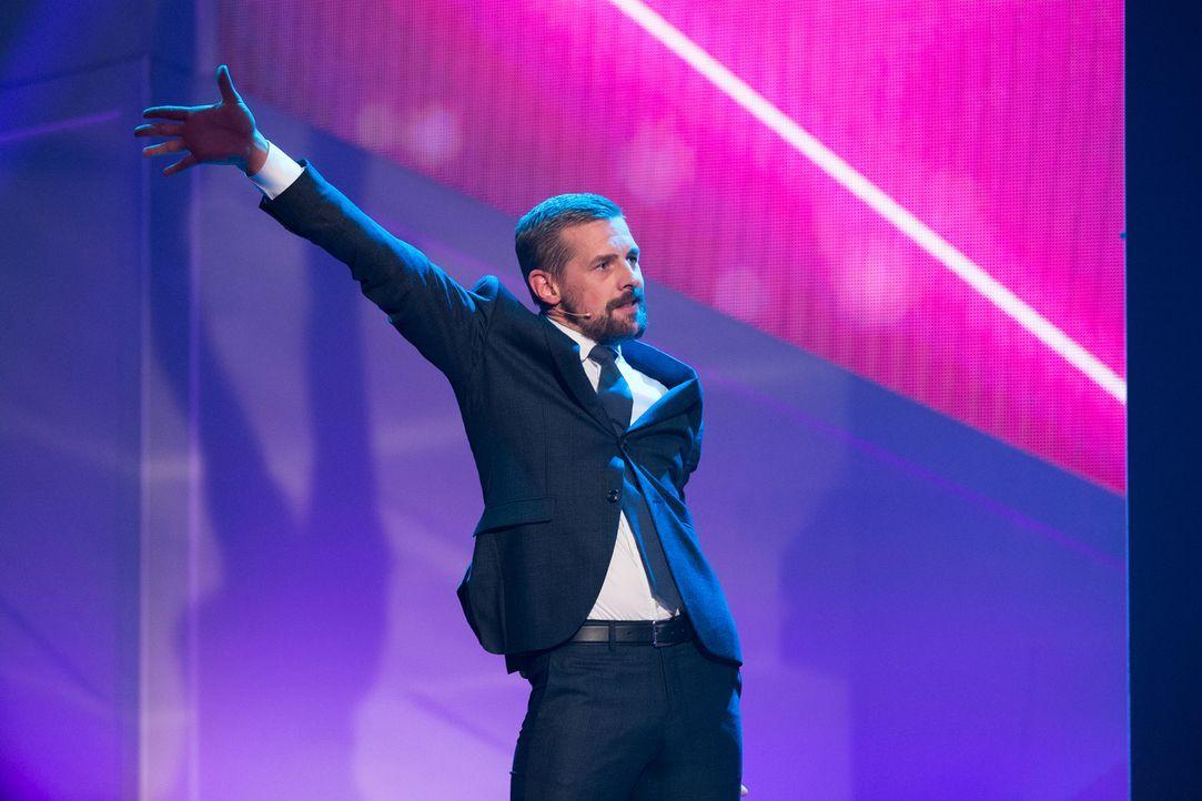 Klaas Heufer-Umlauf glaubt, die Idee zur besten Show der Welt in der Hinterhand zu haben ... - Bildquelle: Jens Hartmann ProSieben/Jens Hartmann
